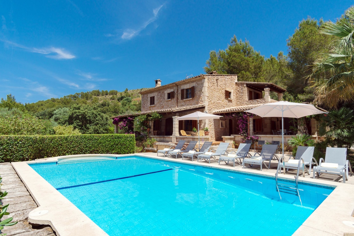 AH2858 - 4 Bed Villa Walking To Puerto Pollensa With Heated Pool