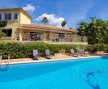AH2795 - 5 Bed Villa Close To Marbella Town With Private Tennis Court